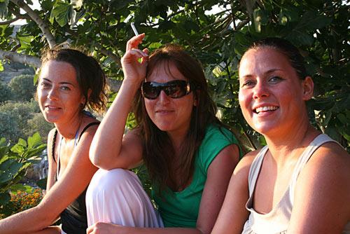 Tac, Idil and Emma enjoy Limon Cafe, Gumusluk