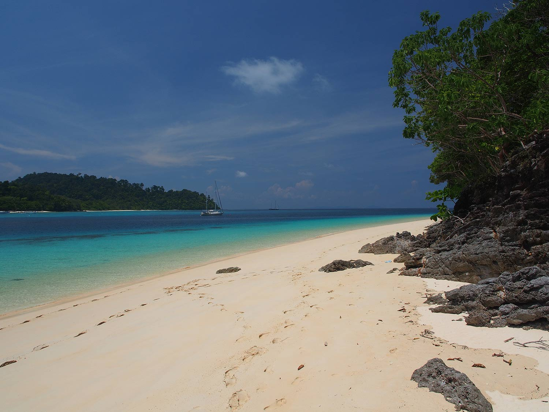 tropical-island-paradise-sailboat-followtheboat-thailand-esper